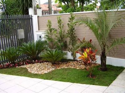 taman rumah minimalis dengan batuan dan rumput