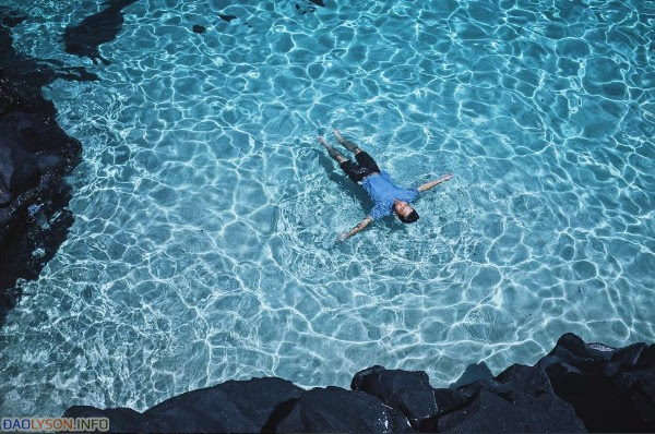 Nước biển trong xanh đến nỗi có thể nhìn thấy tận đáy!