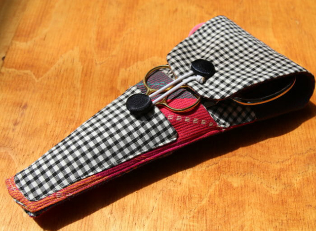 Learn how to make a fabric pouch that fits five pairs of scissors. Tutorial and pattern by So Sew Easy.