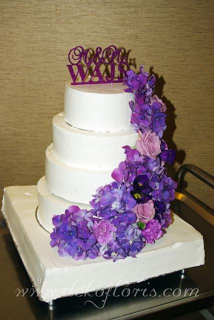Fioletowa dekoracja kwiatowa tortu weselnego opolskie