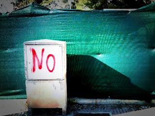 """""""No"""" auf einem Verteilerkasten"""