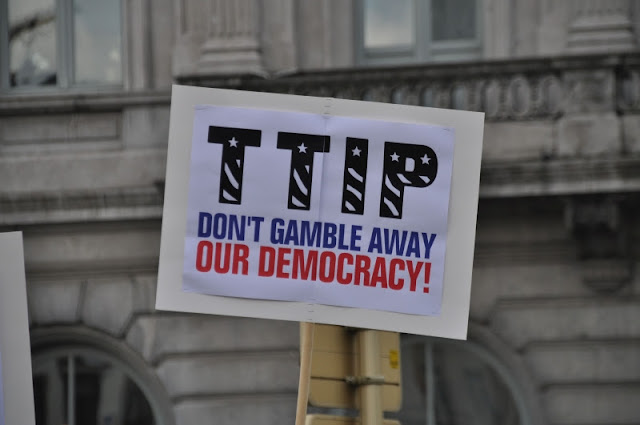 Uit Duitsland en Frankrijk klinken vanuit de regeringen geluiden om TTIP, het handelsakkoord tussen de EU en de VS, af te blazen. Goed nieuws voor de tegenstanders van TTIP, waaronder GroenLinks, maar is het gevaar nu geweken? Juich niet te vroeg, waarschuwt Europarlementariër Bas Eickhout.