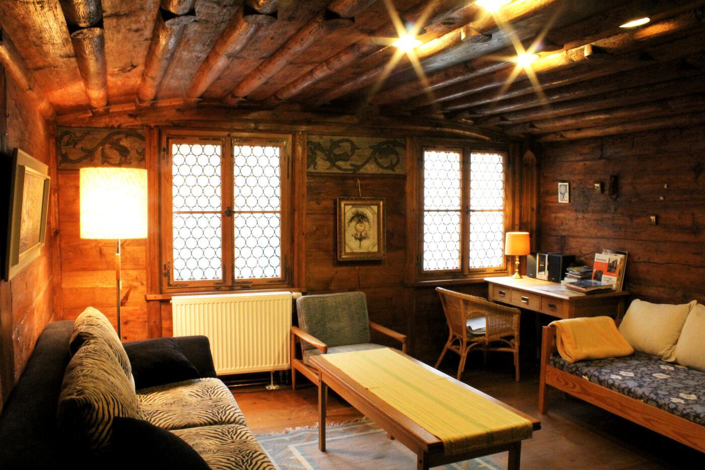 ... Die Anordnung Der Leuchten, Wandbehänge Und Sofas Spielt Auch Eine  Entscheidende Rolle Für Das Modell Der Minimalistischen Wohnzimmer.