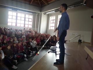 Ο Βαγγέλης δείχνει στις μαθήτριες το λευκό μπαστούνι