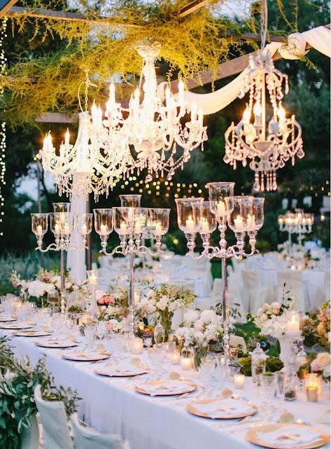 Decoración elegante para bodas con candelabros o chandeliers