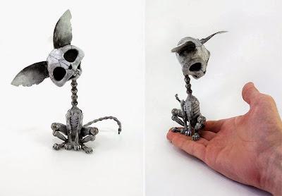 Esqueleto de gato steampunk hecho con partes metálicas recicladas