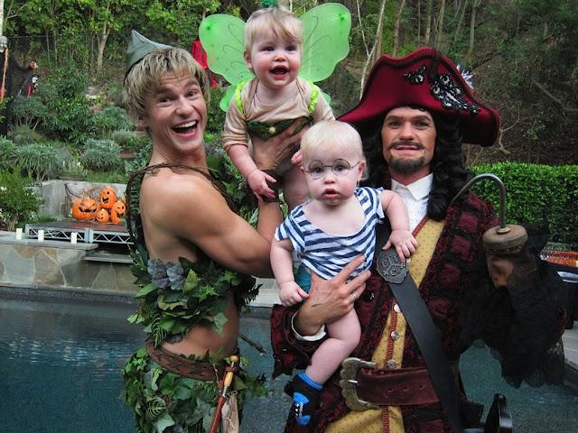 Foto da família Burtka-Harris em que se vestem com o tema de Peter Pan, no Halloween de 2011.