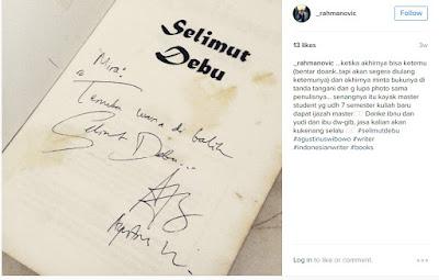 Selimut Debu dan tanda tangan penulisnya