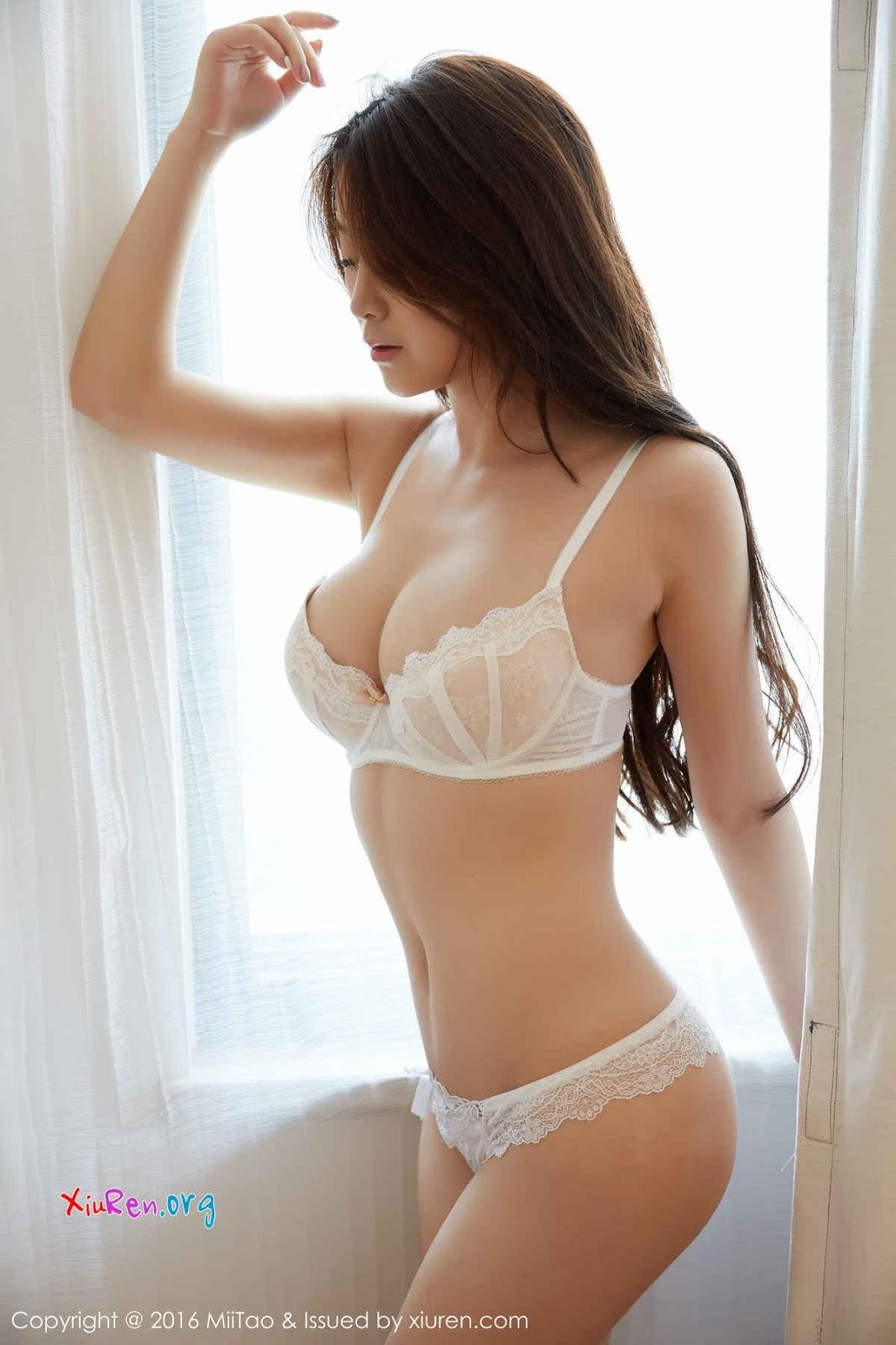 Gái xinh ngực khủng áo lót mỏng thế kia đỡ sao nổi