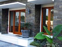 Model desain teras rumah minimalis dengan batu alam sederhana