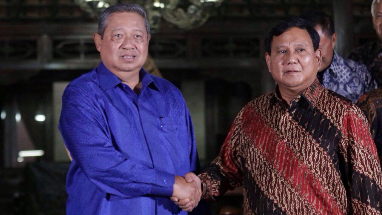 SBY dan Prabowo berjabat tangan di Cikeas