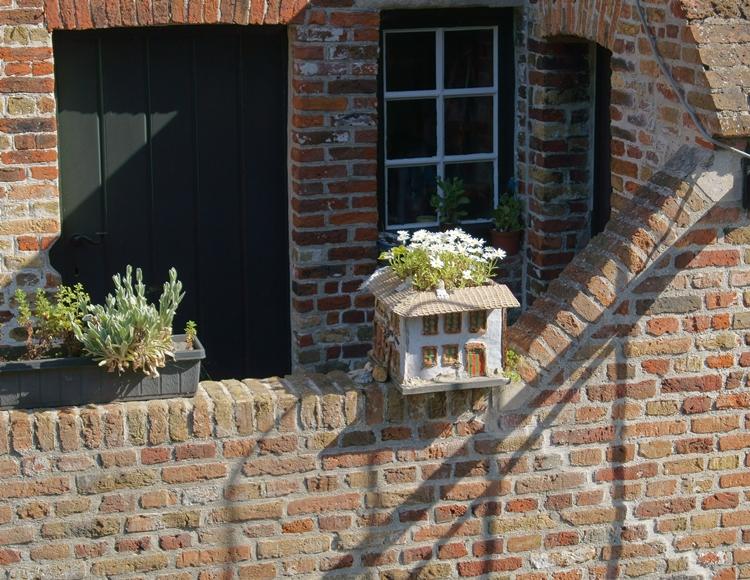 Blog & Fotografie by it's me! - ausgefallener Blumenstopf in Brügge, Belgien