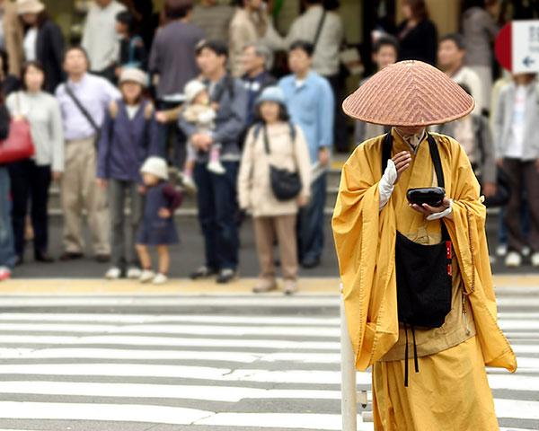 Monge japonês sobrecarregado é salvo por jogos online