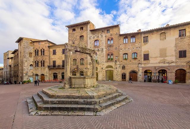 Piazza della Cisterna em San Gimignano na Toscana