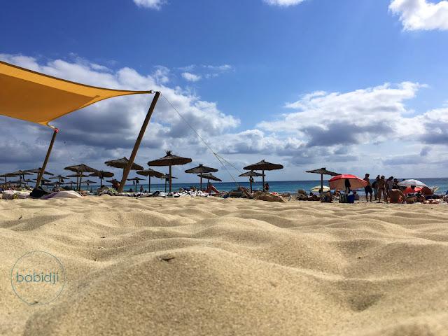 vue au ras du sable de la plage es Arenals avec ses payotte à Formentera