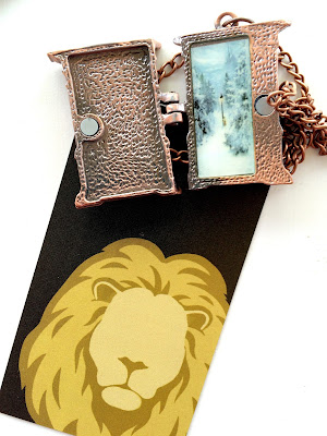 Chronicles of Narnia Wardrobe Locket and Aslan magnet