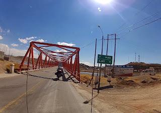 Ponte sobre rio no Peru.