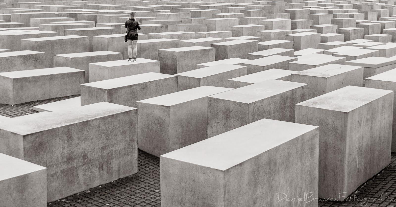 Mausoleo al Holocausto, Berlín, bloques de cemento, monumento a los judíos en Berlín, Berlin, blanco y negro