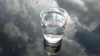 Berapa Berat Air dalam Gelas Ini?