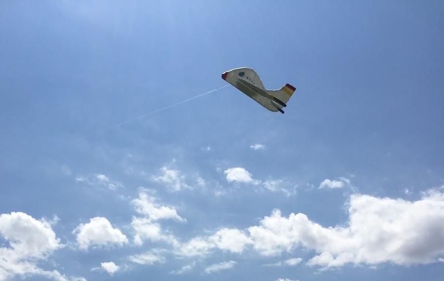 Avion de poliespan volando. Parece un anuncio de lineas aereas
