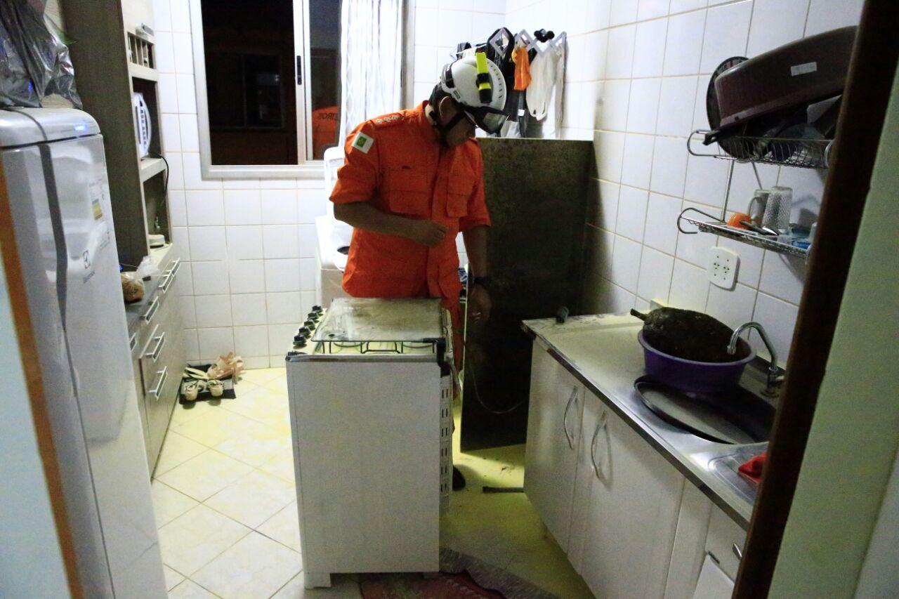 Um dos moradores do condomíniodeu o primeiro suporte com um extintor  #692A19 1280 853