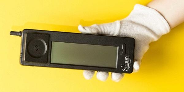تعرف على اول هاتف ذكي بالعالم