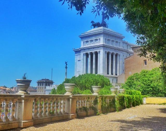 Vistas desde otro mirador cercano al Campidoglio sobre la Piazza Venezia en Roma