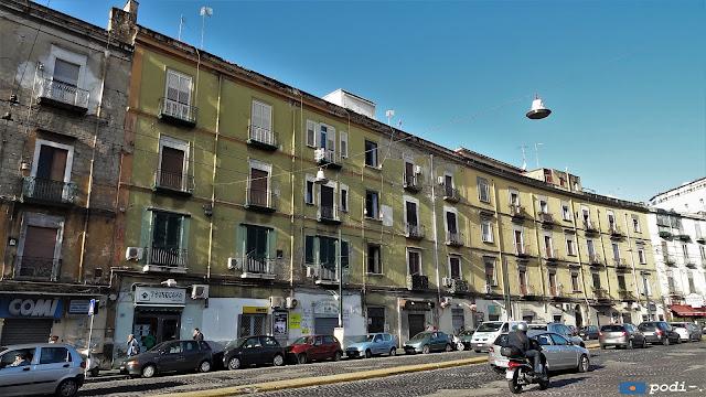 Corso Arnaldo Lucci, Napoli, dinanzi la metropolitana