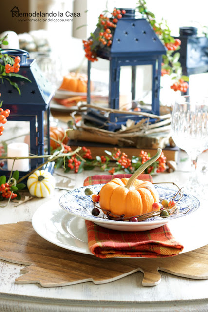 plaid napkins, pumpkins, blue plates, wooden leaf placemats