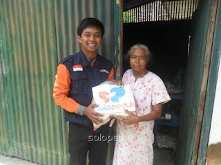 Tim Solopeduli memberikan bantuan untuk sumiyati