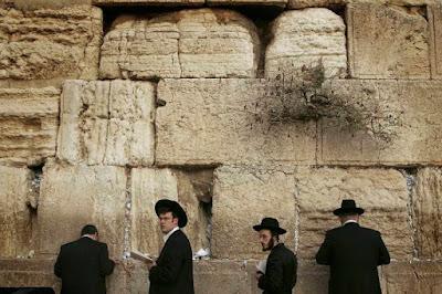 Arqueólogos examinam Muro das Lamentações após queda de pedra