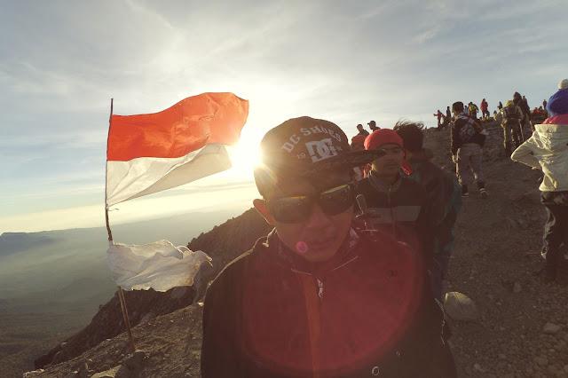 Foto Keren Berhasil Mencapai Puncak Mahameru 3676 mdpl