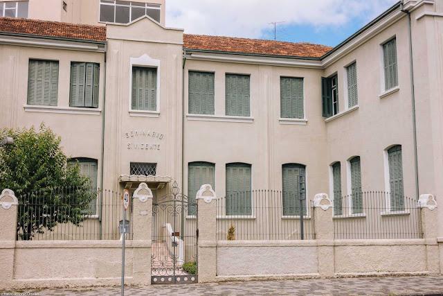 Faculdade Vicentina - detalhe da entrada