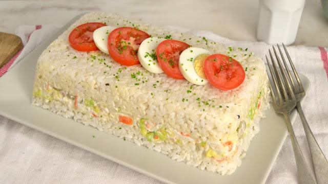 Pastel frío de arroz con atún y surimi