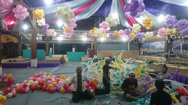 Foto dekorasi kain full / penuh dengan balon