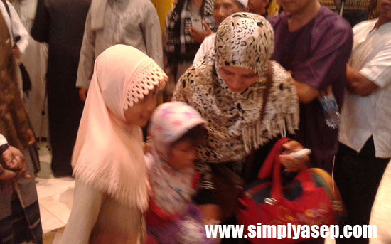 KETEMU : Seorang anak yang diduga lepas dari pengawasan orang tuanya saat berlangsungnya Subuh Akbar di Masjid Raya Mujahidin berhasil dipertemukan kembali dengan orang tuanya. Foto Asep Haryono