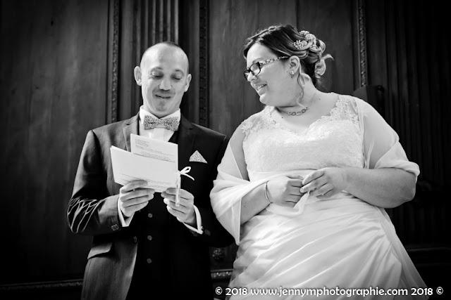 portrait des mariés photo noir et blanc durant cérémonie église