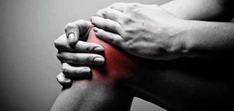 ما أسباب طقطقة الركبة ؟