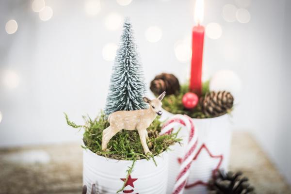 Upcycling DIY zu Weihnachten: selbstgemachte Deko mit Rehen | by titatoni