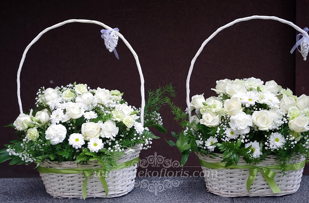 Ślubne podziękowania dla rodziców - kosze białych kwiatów