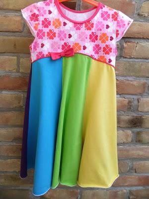 Drehkleid in regenbogenfarben für den Sommer