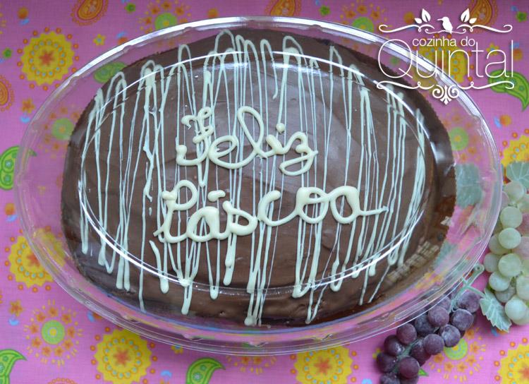 Colomba com gotas de chocolate e decoração com arabescos