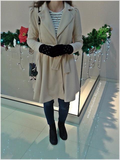 Płaszcz z RoseGal, bluzka w paski, jegginsy, zawieszka Mikołaj, breloczek kokardka, botki, torebka