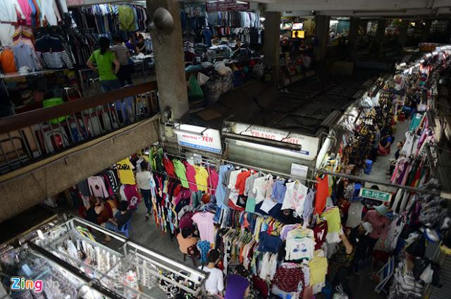 Các sạp bán hàng trong chợ nhìn từ trên tầng 2