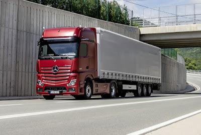 Mercedes-Benz lança caminhão sem retrovisores e que 'dirige sozinho'