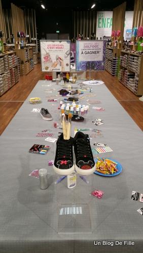36bea39db6c689 ... ils avaient dressé une table spéciale pour l'atelier customisation, avec  tout le matériel nécessaire ainsi que des exemple de chaussures customisées.