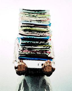 Personne debout portant une pile de documents dans ses bras, la pile est si haute qu'elle dissimule le visage de son porteur.