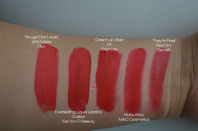 Immagine con swatch di 999 Matte Rouge Dior Liquid; Outlaw di Kat Von D; Cream Lipstain 01 di Sephora; Ruby Woo MAC e They're Real Red On di Benefit su pelle media, latina, scura