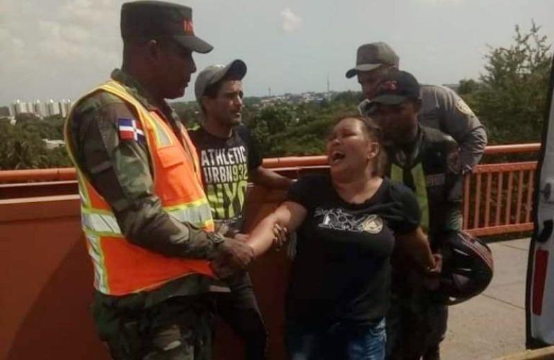 Video: Evitan mujer se lanzara de puente en Santiago