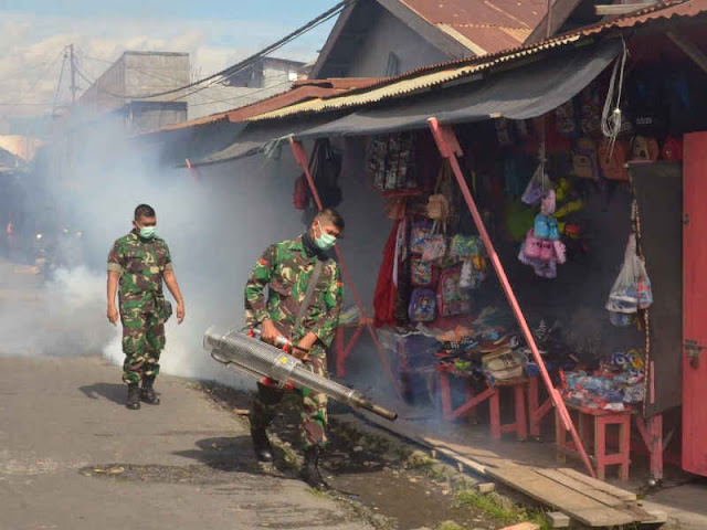 Cegah Demam Berdarah, Satgas Yonif Kabaresi Lakukan Fogging di Tobelo